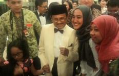 Dengan Ramah, Eyang Habibie Ladeni Permintaan Foto Pengunjung - JPNN.com