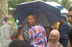 Lihat Nih...Ngabuburit di Cikeas, SBY Jadi Rebutan Ibu-ibu - JPNN.com