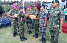 Prajurit TNI Penjaga Perbatasan Terima Bingkisan Lebaran - JPNN.com