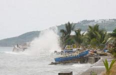 Braaaak! Dermaga Roboh, Ratusan Orang Jatuh ke Laut - JPNN.com