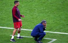 Cedera dan Terpaksa Diganti, Ronaldo Jadi Asisten Pelatih Dadakan - JPNN.com