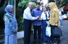 Lihat tuh, Menteri dan Istri Antar Putrinya ke Sekolah - JPNN.com