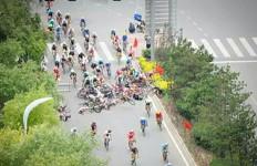 Apa yang Terjadi saat Pejalan Kaki Menyeberang di Tengah Balapan Sepeda? - JPNN.com