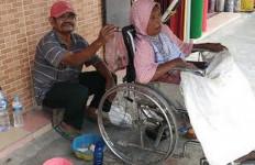 Pak Bupati, Wargamu tuh...Ajak Istri Stroke Mengemis - JPNN.com
