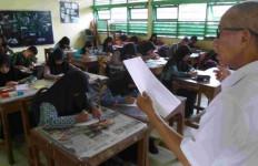 Sudah Perpisahan, Alih Status Guru SMA Batal - JPNN.com