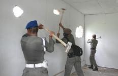 TEGAS! Tak Miliki IMB 10 Bangunan Liar Dibongkar - JPNN.com
