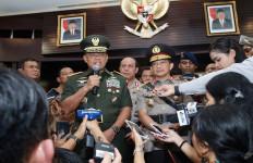 Lihat Nih, Pak Tito Dampingi Panglima Beri Penjelasan - JPNN.com