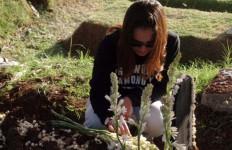Dhea Imut Lagi Sedih, Mendatangi Makam Ayahnya - JPNN.com