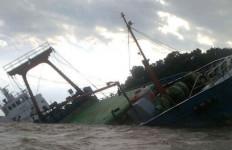 WADUH! Kapal Tenggelam, 25 Ribu Sak Pupuk Hanyut, 11 ABK? - JPNN.com