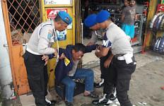 Ya Ampun... Pak Wakapolsek Teler Sambil Pamer Pistol, Nih Tampangnya - JPNN.com