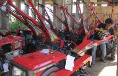 Duh, Bantuan Traktor dari Pusat Ini Belum Juga Disalurkan ke Masyarakat - JPNN.com