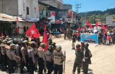 Polisi dan Massa KNPB Saling Lempar Batu, 16 Orang Diamankan - JPNN.com
