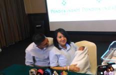 Chua Kotak Melahirkan Putra Pertama Secara Caesar - JPNN.com
