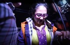 Usai Sidang Tuntutan Damayanti Menangis Sambil Memeluk Anaknya - JPNN.com