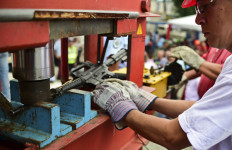 Krisis, Warga Tukarkan Senjata dengan Mesin Cuci - JPNN.com