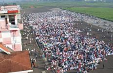 Lihat Nih! 3500 Jemaah Salat Iduladha di Tengah Bandara Husein Sastranegara - JPNN.com
