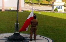 Bendera Terbalik Berkibar di Depan Kantor, Wakil Bupati Berang - JPNN.com