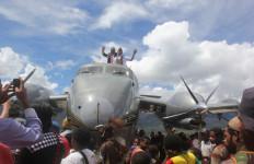 Mengharukan, Ribuan Warga pun Menangis saat Pesawat Ini Mendarat - JPNN.com
