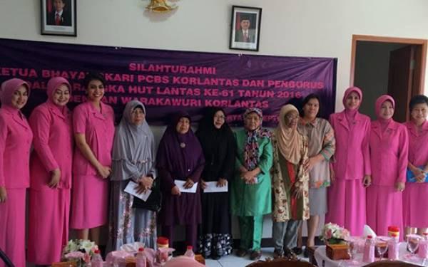 Semangat Winny Charita Dukung Wakaruri Polantas - JPNN.com