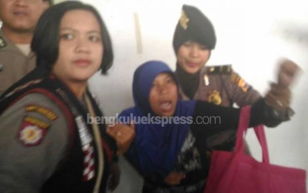 Ibunda Yuyun Mengamuk dan Teriak-Teriak di Ruang Sidang - JPNN.com