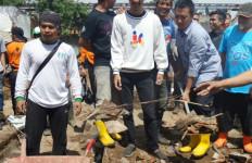 Menpora Gabung Relawan Bersihkan Sisa Banjir Garut - JPNN.com