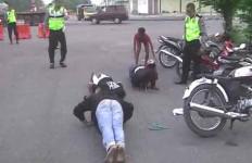 Ha Ha Ha..Lihat Nih Para Pesilat Dihukum Polisi - JPNN.com