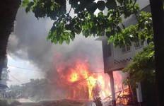 Sakit Hati, Riami Bakar Rumah Tetangganya - JPNN.com