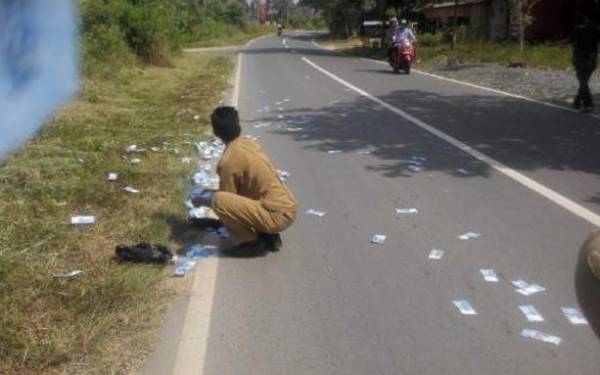 Lihat! Uang Berhamburan di Jalan, tak Jelas Pemiliknya - JPNN.com