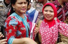 Mengharukan, Upaya Bidan Desa Serahkan Bunga ke Ibu Negara - JPNN.com