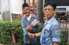 Renta, Menjual Koran Meski Wajah Tertutup Perban - JPNN.com