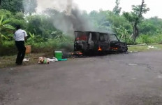 Duaaar!! Mobil Pengantar Wisudawan Tiba-Tiba Meledak - JPNN.com