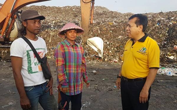 Rayakan HUT Golkar di TPA Benowo, Novanto Dialog dengan Pemulung - JPNN.com