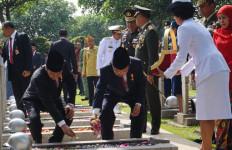 Jokowi Tabur Bunga di Makam Ainun Habibie dan Taufik Kiemas - JPNN.com