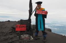 Danny Indrayana Kenakan Toga Wisuda di Puncak Kerinci, Wow! - JPNN.com