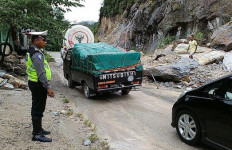 Diguyur Hujan Deras, Jalan Lintas Riau-Sumbar Tertutup Longsor - JPNN.com