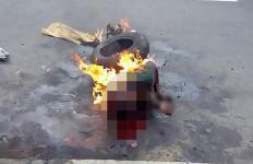 Curi Makanan, Bocah Dipukuli, Dikalungi Ban Lalu Dibakar - JPNN.com