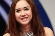 Lagi Asyik Nyanyi, Aura Kasih Jatuh dari Panggung - JPNN.com
