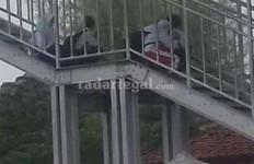 Duh Duh Duh, ABG Berseragam Tanpa Malu Berpacaran di Jembatan - JPNN.com