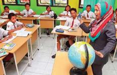 Tugas Mencerdaskan Anak Bangsa, Gaji Cuma Rp 400 Ribu - JPNN.com