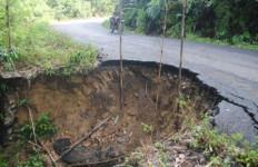 Kerusakan Ruas Jalan Menuju 17 Desa di Lahat Kian Melebar - JPNN.com