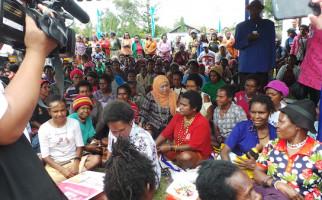 Mensos Khofifah Luncurkan Bansos Non-Tunai di Papua - JPNN.com