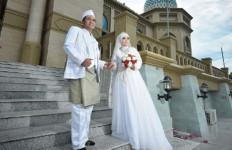 Fitri Histeris saat Jasad Calon Suaminya Dimasukkan ke Liang Lahat - JPNN.com