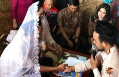 Hamdalah, Akhirnya Bisa Menikah Meski di Tengah Kuburan - JPNN.com