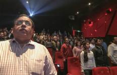 Tolak Berdiri saat Lagu Kebangsaan Diputar, 20 Penonton di Bioskop Ditahan - JPNN.com
