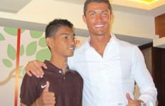 Anak Angkat Ronaldo Ini Tak Sungkan Angkat Beras untuk Korban Gempa Aceh - JPNN.com