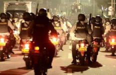 Jangan Kaget, Polisi Berseliweran Menenteng Senjata Laras Panjang - JPNN.com