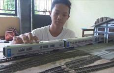 HEBAT! Demi Biaya Sekolah, Pelajar Ini Buat Miniatur Kereta - JPNN.com