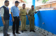 Senangnya Warga Desa Dapat Bantuan Fasilitas MCK - JPNN.com