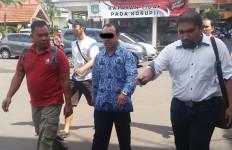 Lihat, PNS Masih Pakai Seragam Diciduk Polisi - JPNN.com