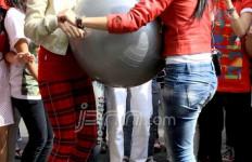 Mahadewi Ikut Lomba Joget Balon - JPNN.com